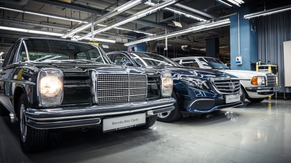 First new E-Class rolls off the production line in Sindelfingen