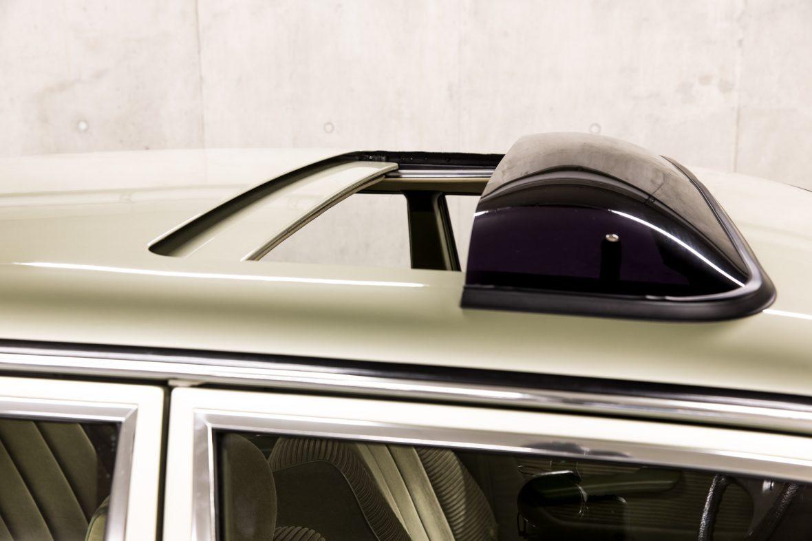 Mercedes-Benz 230E Limousine W123 7
