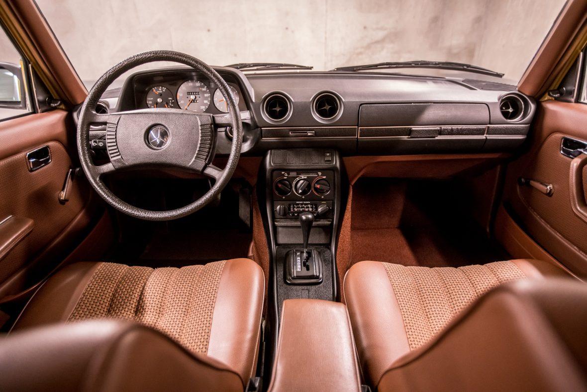 Mercedes-Benz 230 Limousine W123 13