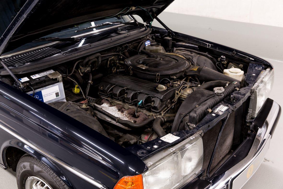 Mercedes - Benz W 123  230E 16