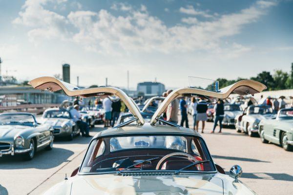 100 Flügeltürer vor dem Mercedes-Benz Museum